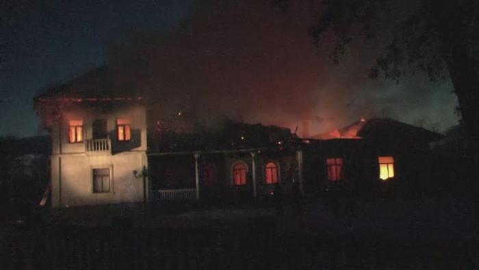 Un conac istoric din Suceava s-a transformat in cenusa. Proprietarii se planga ca pompierii au venit prea tarziu