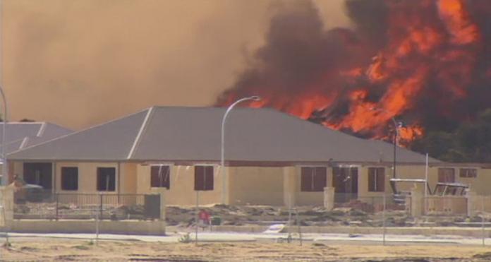 Incendiu de vegetatie in Australia. Pompierii incearca sa opreasca flacarile, care ameninta sa distruga mai multe case