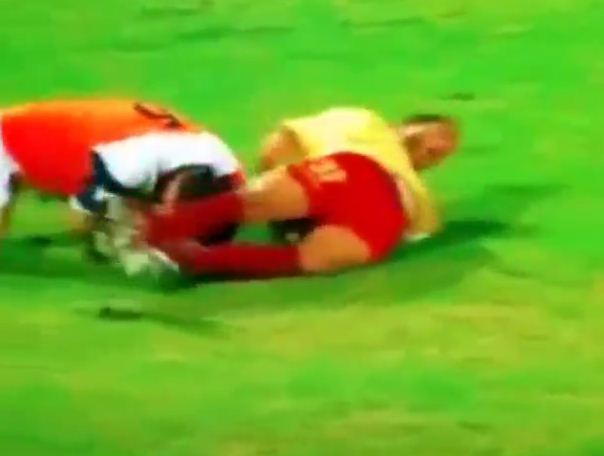 Moment ciudat la un meci de fotbal din Kuwait. Nu i-a venit sa creada si a sarit la bataie imediat
