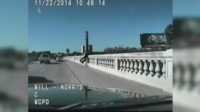 Operatiune de salvare FILMATA in SUA. Momentul in care un politist opreste un sinucigas de la moarte