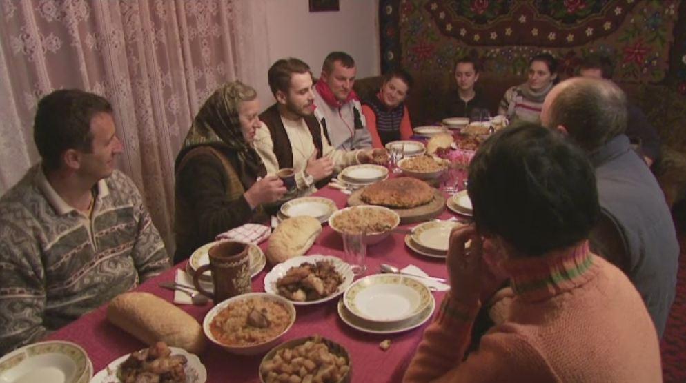 Chef Foa a gatit pentru o familie din Mehedinti. Cum s-au descurcat mamaia Iana si celebrul bucatar la pomana porcului