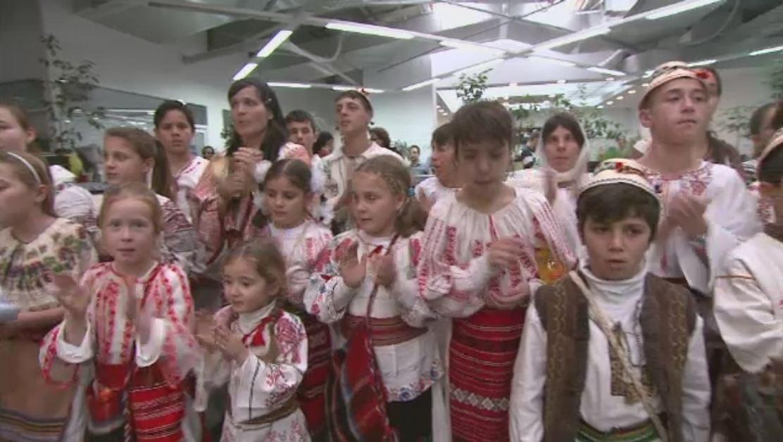 55 de copii din Valea Screzii au adus in redactia Stirilor Pro TV cel mai frumos colind. VIDEO
