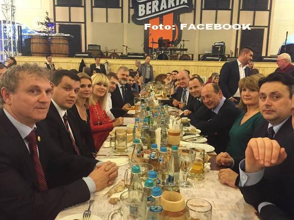 Presedintele Basescu a sarutat steagul national si a parasit Cotroceniul in lacrimi. Omul Basescu a plecat apoi la bere