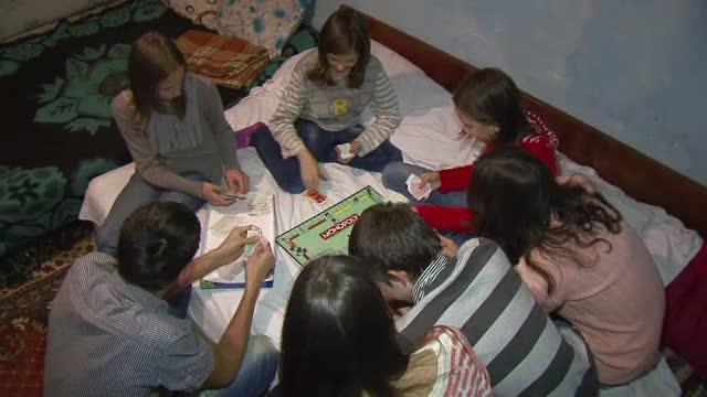 Familia cu 9 copii din Tulcea care locuieste intr-un grajd. Ce vor de la Mos Craciun cei mici, elevi de notele 9 si 10