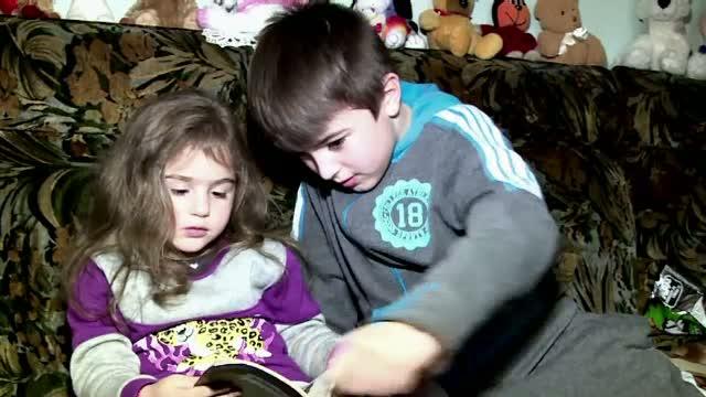 Povestea trista a doi frati din Maramures. Au grija de mama paralizata si de surioara de 4 ani si sunt si premianti la scoala