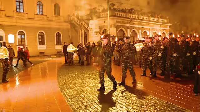 Retragerea cu torte a militarilor, spectacolul pentru care mii de romani au infruntat ploaia si frigul in mai multe orase