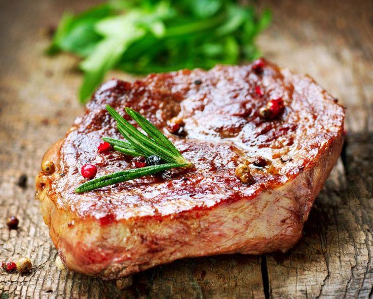 Studiu: Aproape toţi românii consumă carne, jumătate dintre ei chiar zilnic. Câți vor să țină post