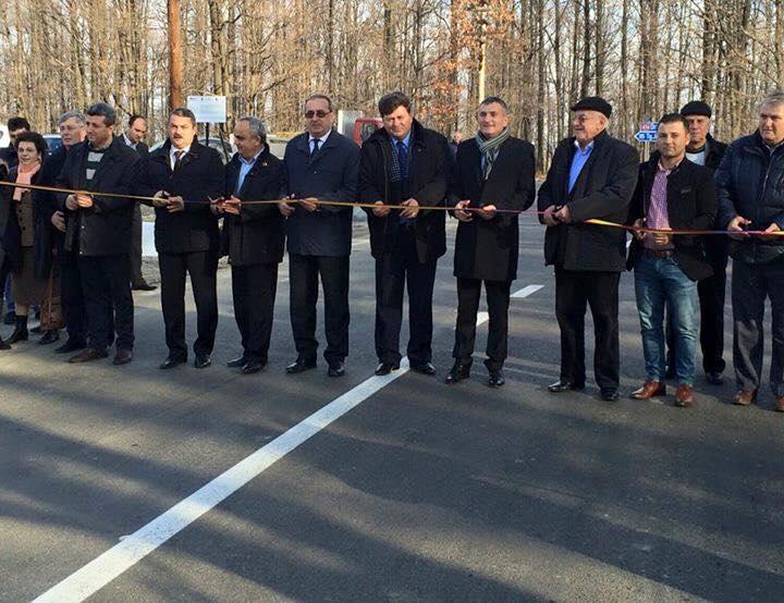 Imaginea zilei: 9 taietori de panglica la 23 de kilometri de drum. Care este proiectul inaugurat cu atata fast