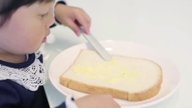 Cadouri amuzante de Craciun: cana care ascunde prajitura si cutitul cu incalzire. Cat si-au propus romanii sa dea pe cadouri