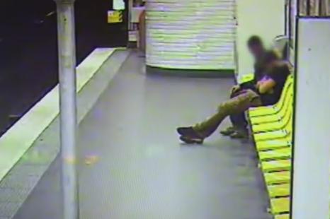 Un hot de buzunare a ajuns sa fie erou pentru victima sa. Gestul facut de un barbat la metroul din Paris. VIDEO