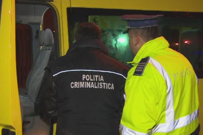 Scene violente la Campina. Mai multi barbati mascati au atacat un microbuz plin cu pasageri si l-au vandalizat