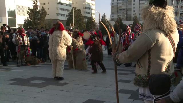 Parada colindatorilor de la Buzau. Strazile orasului au fost impanzite de zeci de colindatori veniti din toata tara