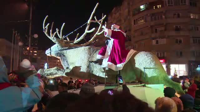 Mos Craciun a sosit vineri seara la Targoviste, calare pe un ren urias. Ce cadouri le-a impartit copiilor