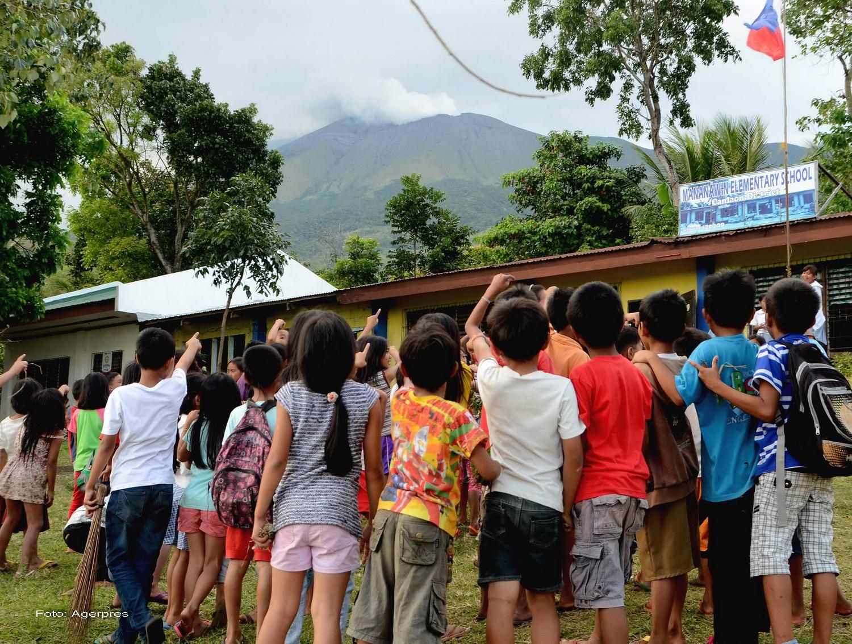 Eruptie a vulcanului Kanlaon din Filipine. Cenusa a fost aruncata la o inaltime de cel putin 1.000 de metri