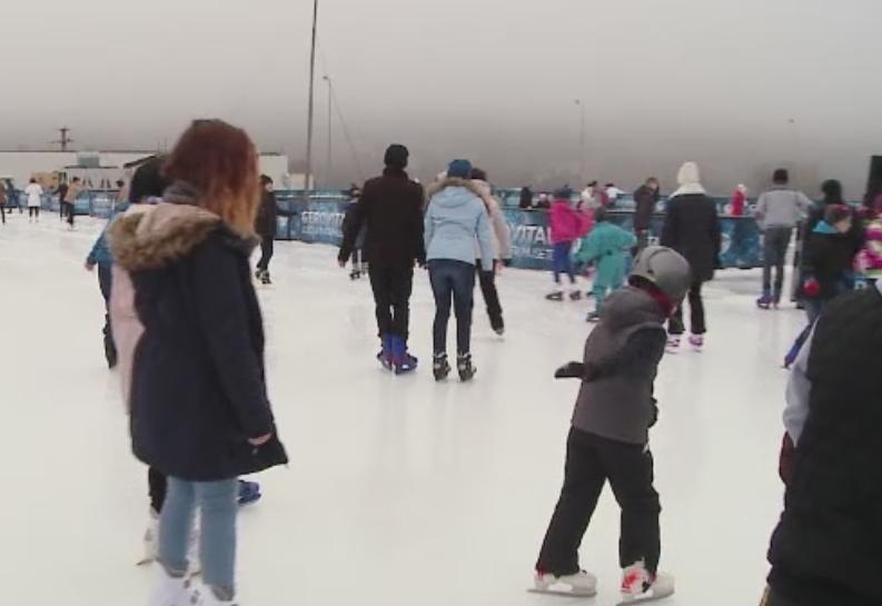 In lipsa zapezii, sute de clujeni au iesit la patinoar pentru a face miscare.