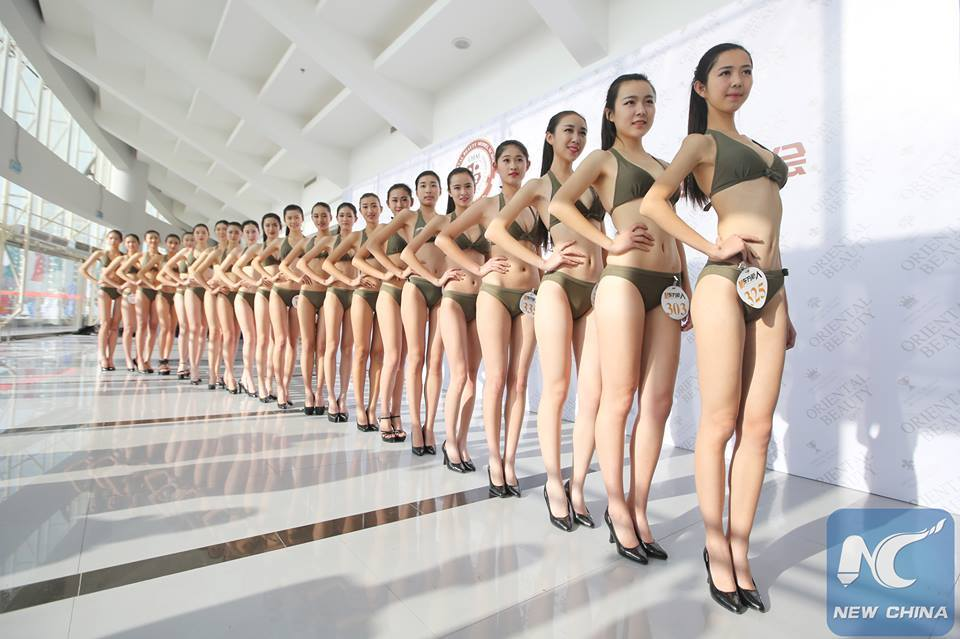 1000 de tinere au defilat in costum de baie ca sa obtina un job de stewardesa. Conditiile pe care le-au avut de indeplinit