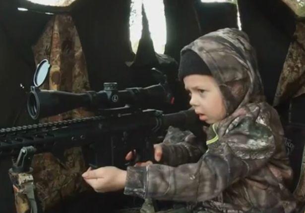 O fetita de 7 ani a ucis o caprioara dupa ce tatal ei a invatat-o sa traga cu arma automata. Clipul a starnit revolta. VIDEO