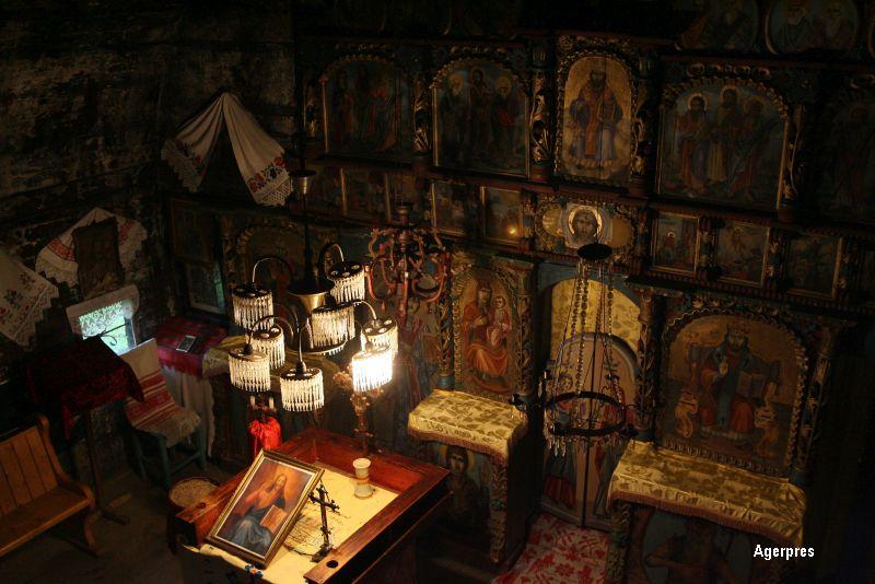 O biserica de lemn, monument istoric, din judetul Buzau a luat foc. Pompierii au intervenit cu doua autospeciale