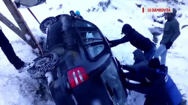 Noua turisti au ramas blocati cu masinile, la munte. Unul dintre ei s-a rasturnat cu autoturismul intr-un parau inghetat