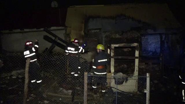 O familie cu 7 copii din Targu Mures a ramas pe drumuri dupa ce le-a ars casa. Focul ar fi pornit de la o lumanare