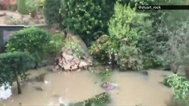 O conducta sparta a inundat un cartier londonez, iar apa a patruns in locuinte. 100 de oameni au fost evacuati