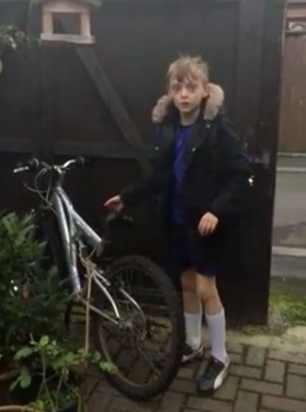 Reactia unui baiat de 9 ani, care si-a recuperat bicicleta furata, a fost filmata. Tatal i-o facuse cadou inainte sa moara
