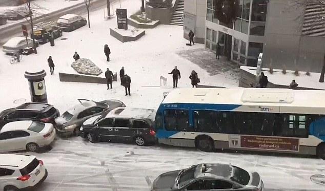 Carambol urias provocat de polei in Montreal. Doua autobuze si o masina de politie, intre autovehiculele implicate. VIDEO