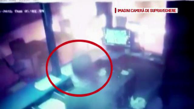 Politistii din Ilfov sunt in alerta: doi indivizi au incendiat o casa de pariuri din Clinceni. Incidentul a fost filmat