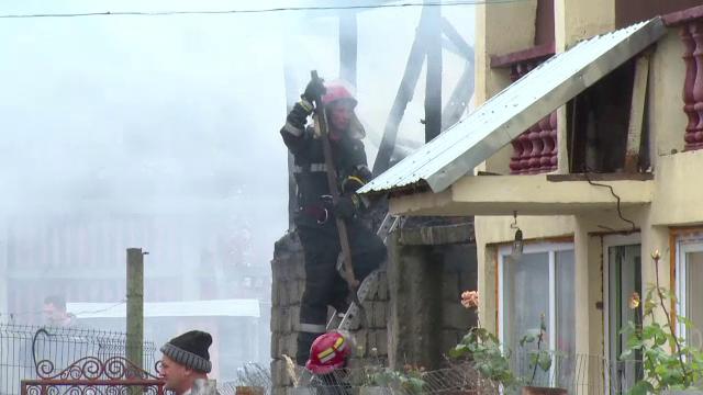 Trei case din Pitesti au luat foc de la o afumatoare de carnati: