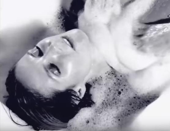 Imagini incendiare cu Heidi Klum. Calendarul in care vedeta apare complet dezbracata, intr-o cada cu spuma. VIDEO
