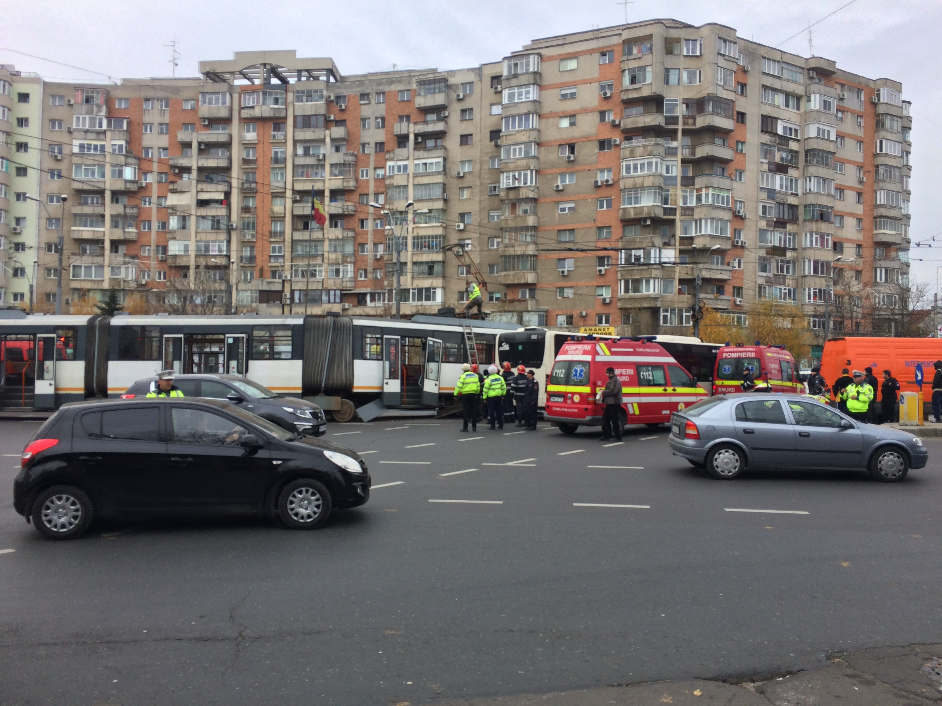 Patru raniti, dupa ce un tramvai s-a ciocnit cu un troleibuz. Vatmanul ar fi trecut pe rosu la semafor