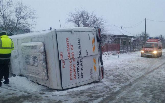 Accident grav in Olt: Trei copii raniti dupa ce un microbuz in care se aflau mai multi elevi a derapat si s-a rasturnat