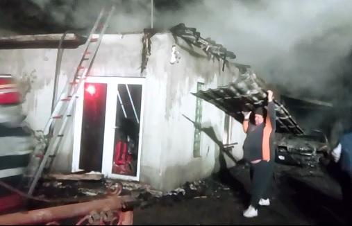 Un incendiu devastator a distrus o casa, doua autoturisme, un ATV si trei anexe intr-o gospodarie din localitatea Corabia