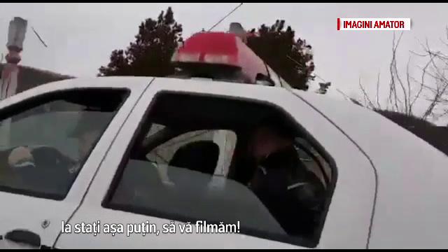 Doi politisti din Barlad, acuzati ca au batut un om al strazii pe bancheta din spate a masinii de serviciu. Scenele filmate