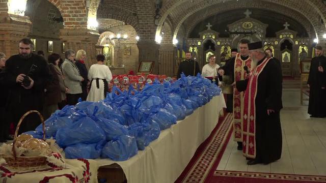 Catedrala din Baia Mare s-a umplut de pachete pentru cei nevoiasi. In semn de multumire, copiii veniti au colindat