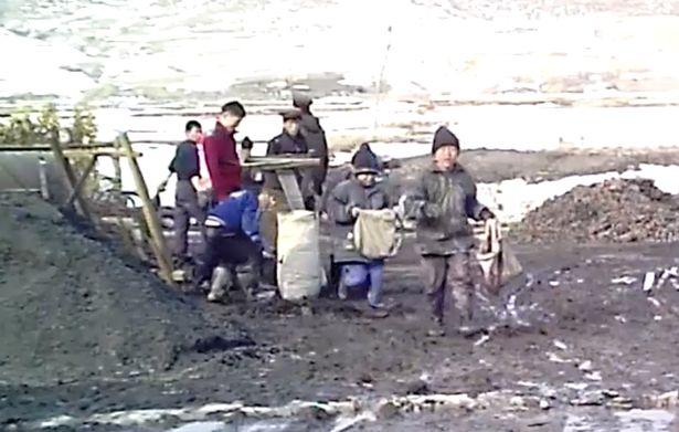 Imagini tulburatoare cu copiii sclavi din Coreea de Nord. La 7 ani sunt fortati sa munceasca intr-o mina de carbune