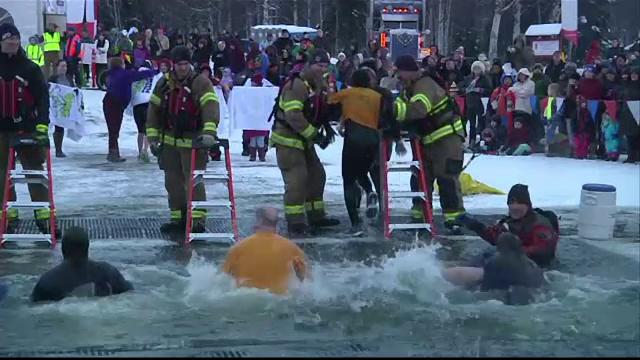 Eveniment caritabil in Alaska. Locuitorii au facut baie intr-un lac inghetat, la temperaturi de 0 grade