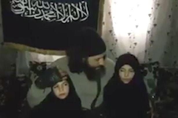 O femeie si-a imbratisat cele doua fiice si apoi le-a trimis intr-o misiune sinucigasa cu bomba. Ce a urmat dupa filmare
