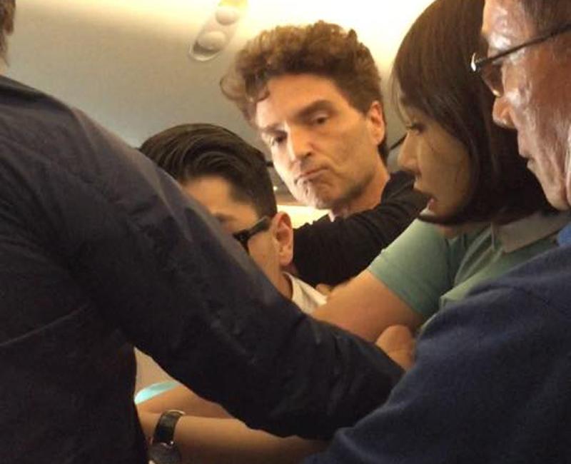 Un pasager violent dintr-un avion coreean a fost legat si pazit de 2 vedete.