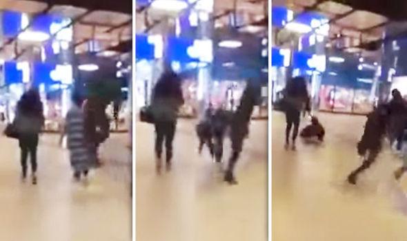 Inregistrare revoltatoare. O femeie este lovita cu picioarele in spate de un barbat intr-un mall. VIDEO