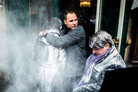 Candidatul Partidului Socialist la presedintie, Manuel Valls, atacat cu faina la Strasbourg. Reactia sa dupa incident. VIDEO