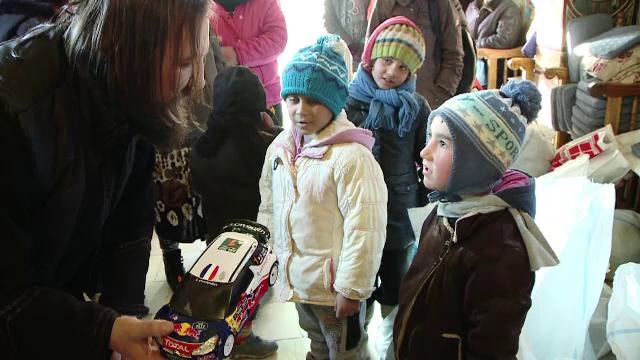 Preotul Damaschin a adus din nou cadouri pentru 1.000 de copii sarmani din Iasi. Mesajul parintelui pentru cei mici