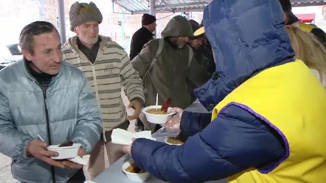 Traditie respectata de 20 de ani in Timisoara. Zeci de oameni sarmani au primit cadou o masa calda, de Sarbatori