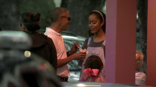 Barack Obama, un tata care isi alinta fiicele. Si-a rasfatat fata cea mare cu o inghetata, in vacanta din Hawaii