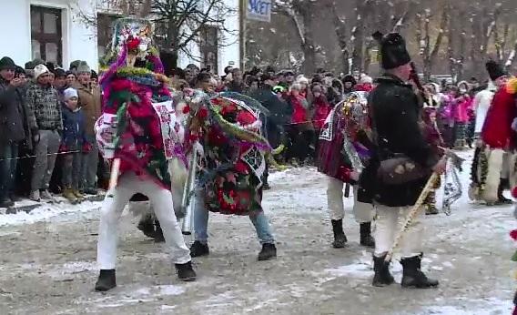 Aproape 600 de colindatori si-au dat intalnire la Vatra Dornei, la cea de-a 21-a editie a Festivalului obiceiurilor de iarna