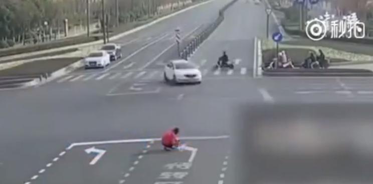 Un chinez a fost amendat, după ce a vopsit pe asfalt noi indicatoare pentru a-și ușura drumul