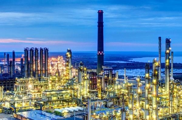 Ministrul Economiei, după explozia de la Petromidia: Nu cred că vom avea probleme deocamdată cu stocurile de carburanți