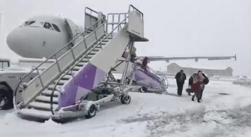 Români blocaţi pe aeroportul Luton din Londra, din cauza ninsorilor. Anunțul făcut de Wizz Air