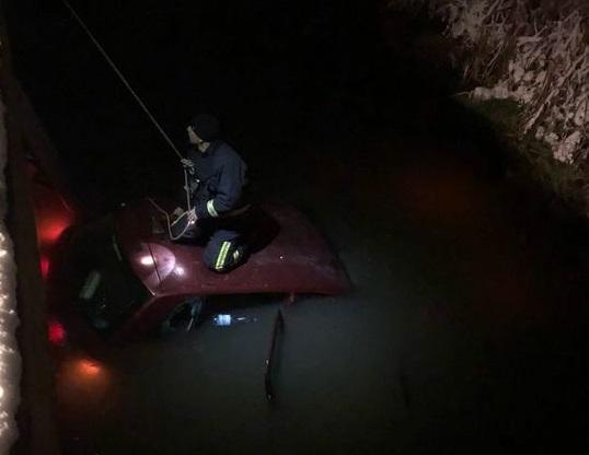 Autoturism căzut într-un canal de alimentare cu apă din Reghin. Șoferul și posibili pasageri, de negăsit
