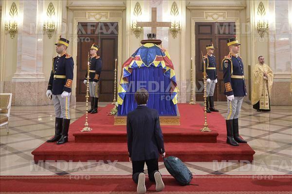 În genunchi, în lacrimi, cu tricolorul. Cum și-au luat românii adio de la Regele Mihai. FOTO